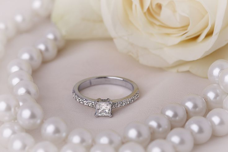 Inel de Logodna Solitaire cu Diamante Mici pe Lateral Aur Alb 18kt cu un Diamant Princess si Diamante Rotund Briliant - RD209W