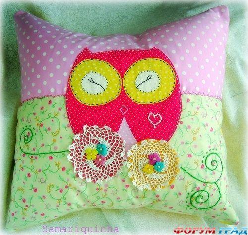 подушка с яркой совой