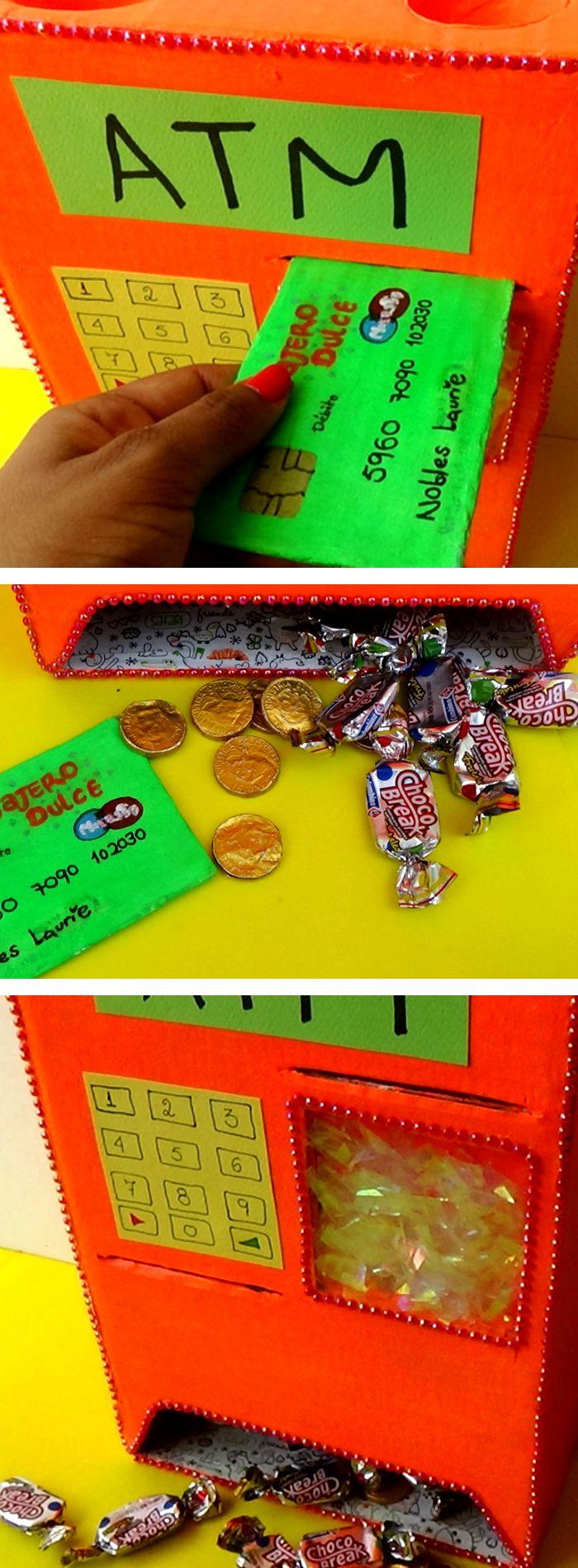 Este cajero automático es una idea muy útil con un mecanismo súper sencillo, la verdad me sorprendí de lo fácil que es. Es un dulcero donde puedes guardar tus monedas de chocolates y dulces. Incluso, puedes utilizarla en fiestas infantiles, en tu escritorio, mesa de noche y hasta para un cumpleaños.   Puedes poner contraseña secreta, introducir tu tarjeta débito y sacar tus dulces favoritos.