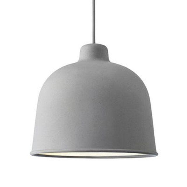 Suspension composée d'un abat-jour en matériaux composite, d'un cordon d'alimentation gainé de textile et d'une rosace de plafond coordonnés ;Grain est présentée ici dans une finition de coloris gris (l'intérieur de l'abat-jour est blanc).Sublimée par des coloris inventifs et délicats, cette élégante collection de suspensions remet au goût du jour un design épuré et intemporel.Ampoule : 1x4W LED G9 3000K° (fournie).