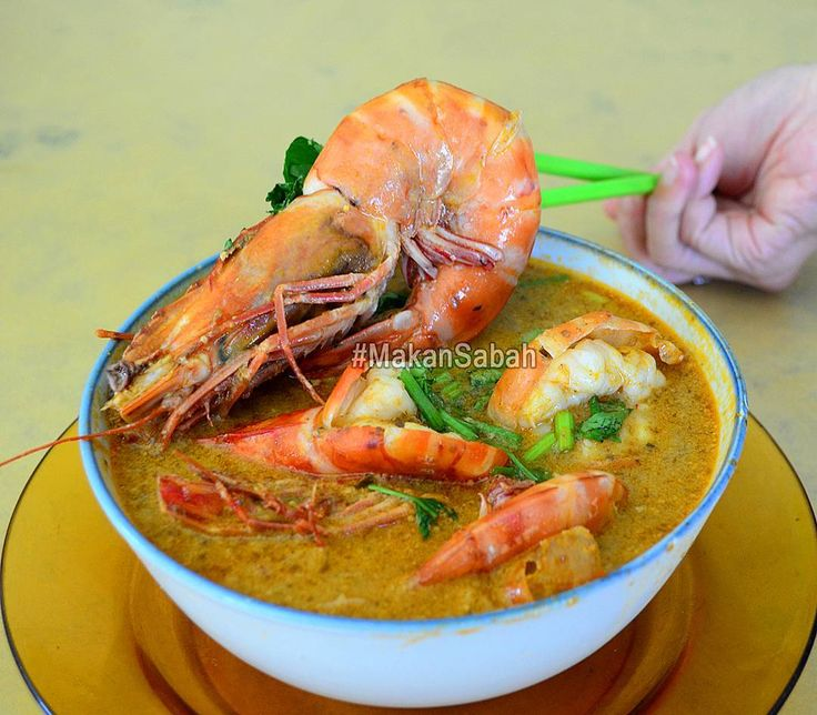 Jumbo XXL Tiger Prawn Tom Yum Noodles from Kedai Kopi Wang Sin 11 in Tawau Sabah.  We had to show everyone just how large the tiger prawns were at this Kedai Kopi at Batu 3.5 Cowie Light Industrial Estate.  Meanwhile we also want to wish all our followers a Happy New Year 2017! May you have an awesome year ahead.  #makansabah #tawau #sabah #food #happynewyear #makan  #hny2017 #seafood #prawns