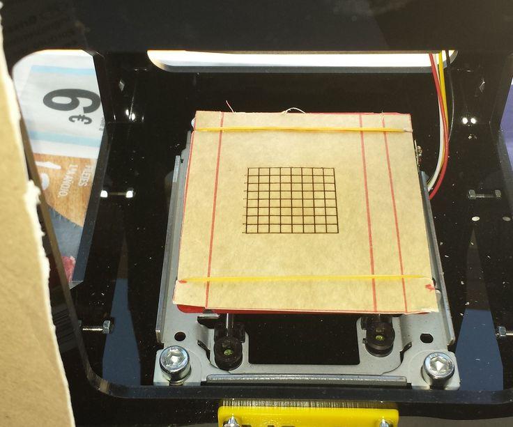"""""""Hack"""" simple para una grabadora (pirógrafo) láser: usar la propia máquina para hacer una rejilla que sirva de patrón.  Use your neje laser carver to make a cardboard grid and use it as a pattern to design your carving images."""