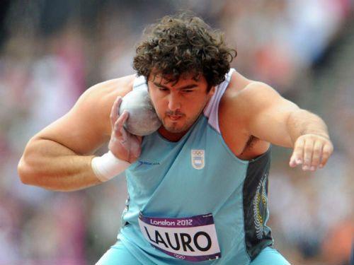 Lanzamiento de peso es un evento en el Atletismo. Muchos argentinos participan en evento como este. He aquí un hombre argentino se prepara para hacer su evento de lanzamiento de peso.