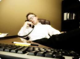 Quand tu es seul au bureau, tu peux dormir ouvertement