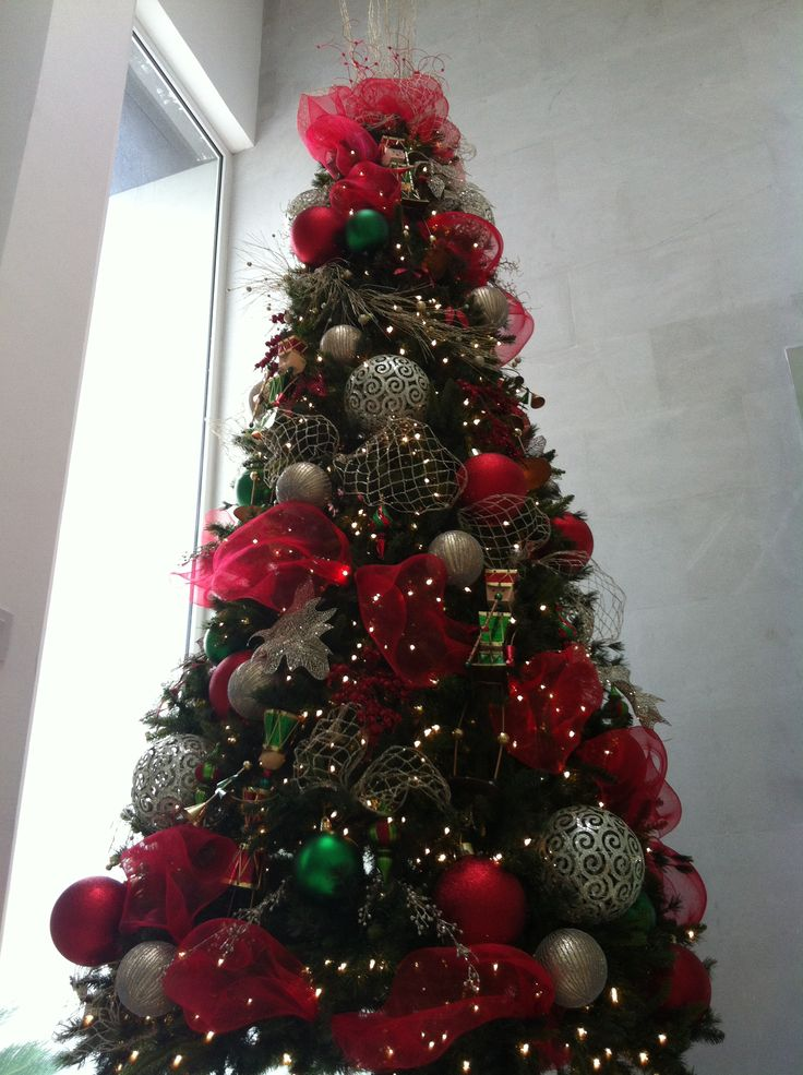 pino decorado en colores rojo verde y dorado