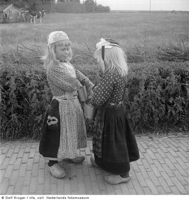 Jongens in klederdracht, Marken (1947) NoordHolland Marken, jongens tot 5 jaar liepen in rok.