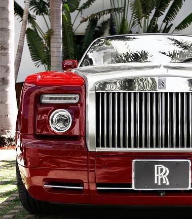 Red and chrome. Stunning combo on this luxury Rolls Royce