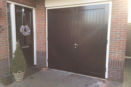 Houten Deuren Nederland | Referenties houten garagedeuren. Klant in Haaksbergen heeft gekozen voor het model Hannover in mooi glanzend zwart RAL9005, het kozijn in wit RAL9001