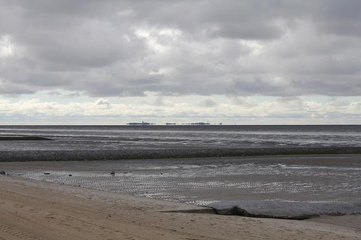 Blick auf Neuwerk vor #Cuxhaven - die Insel spiegelt sich toll im Wasser. #WattWiki