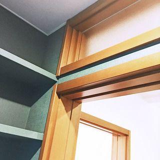 ダークグリーンのクロスを壁だけでなく収納まで回して造作感をアップ