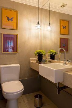 Apartamento moderno, decoração do banheiro com quadros e planta.