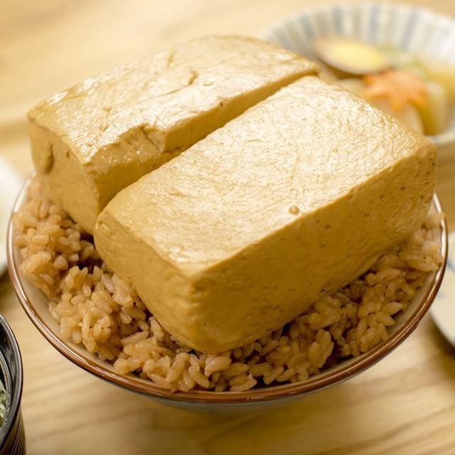 Тофу и рис отваренные в соусе ; На 2 тофу .Для тофу-Соевый соус 50сс (?)+Мирин: 50cc+ • Рыба бульон: 200cc.+- ламинария: около 10 см (если нет,  1 ч л жидкая ?). ДЛЯ РИСА:: Соевый соус: 1 ст.л. - устричный соус: 2 столовых ложки - жареный зеленый чай: варить рис в темной минуту · Соль: