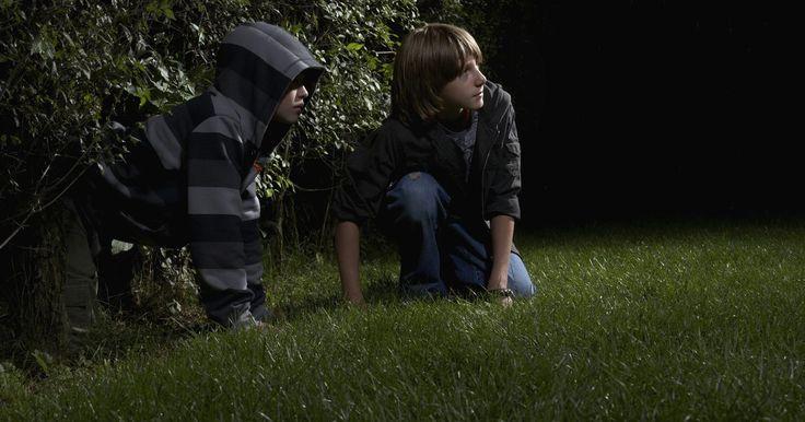 Como construir um esconderijo para crianças. Muitos adultos lembram do esconderijo preferido que tinham na infância. Alguns ficavam escondidos como um retiro permanente das intermináveis solicitações do seu tempo pelos adultos. O esconderijo era um santuário para brincar e refletir. Construir um esconderijo para o seu filho requer um pouco de criatividade, mas o processo pode ser divertido ...
