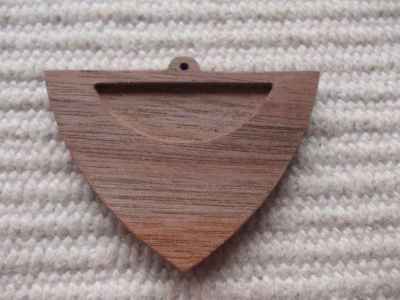kolmiomuotoinen täytettävä korupohja,puutyö, puuesine, puukoru, puutuote, puutyö, puutarvike, korupohja, kapussipohja, täytettävä korupohja riipus, korupohja koruharsitöihin, puinen korupohja, puinen harrastustarvike, askartelutarvike, ripuspohja, Siihen mahtuu keskelle 20 mm kuva, tekstiilityö tai kapussi  Koko: 3.6 cm x 5 cm    https://www.etsy.com/listing/235004962/new-1-p-unfinished-unique-shield-shaped?ref=related-2