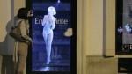 Dessous-Model als Hologramm im Schaufenster