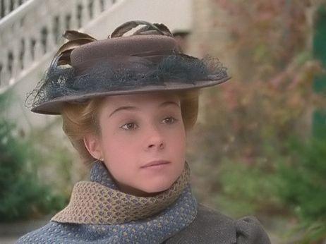 Leyenda : Anne of Green Gables: The Sequel Descripción : Anne vestida para el invierno y con un sombrero de Anne of Green Gables: The Sequel.