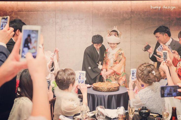 #ちらし寿司入刀  和装の時はケーキの代わりにちらし寿司  和の雰囲気を活かしながらも共同作業が出来てしまうという素敵なイベントです  みんながすごく取り囲んでたのでその雰囲気も一緒に  #結婚#結婚式#結婚写真#ブライダル#ウェディング#wedding#前撮り#ロケーション前撮り#ドレス#カメラマン#結婚式カメラマン#ブライダルカメラマン#写真家#結婚式準備#花嫁準備#花嫁#プレ花嫁#プロポーズ#名古屋結婚式#ウェディングドレス#バンプデザイン#bumpdesign#instagramwedding#instagramjapan#イトウスグル#IGersJP#写真好きな人と繋がりたい #ファインダー越しの私の世界#日本中のプレ花嫁さんと繋がりたい