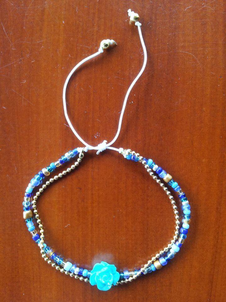 Pulsera azul con cadena