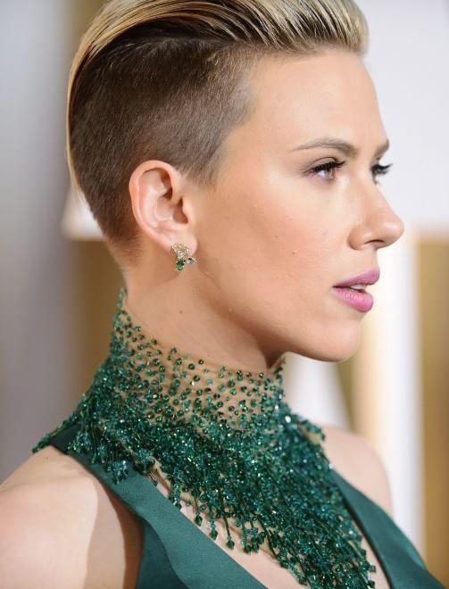 Taglio dio capelli a sorpresa per Scarlett Johansson: l'attrice è arrivata alla cerimonia di consegna degli Oscar con un sensuale abito verde a sirena molto scollato e un vistoso collier ma soprattutto con un inedito taglio di capelli, rasato sulle tempie.Fotografi impazziti, e un bacio da John Travolta