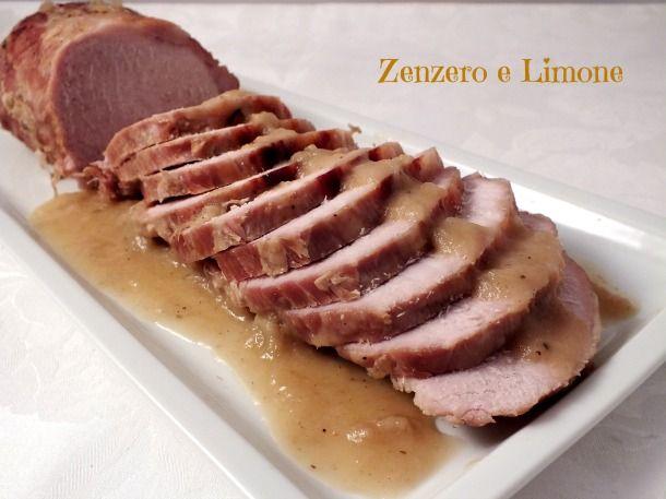 Questo arrosto di lonza è un secondo piatto adatto ad ogni occasione, golosissimo grazie alla morbida crema di cipolle che lo accompagna