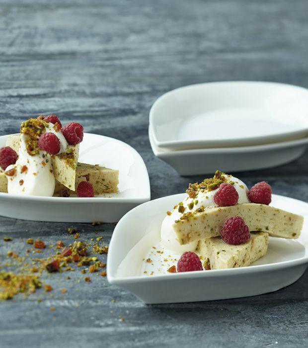 Lav en fløjlsblød flødeis med denne Mette Blomsterberg-opskrift på hjemmelavet is med vanilje og pistacie.