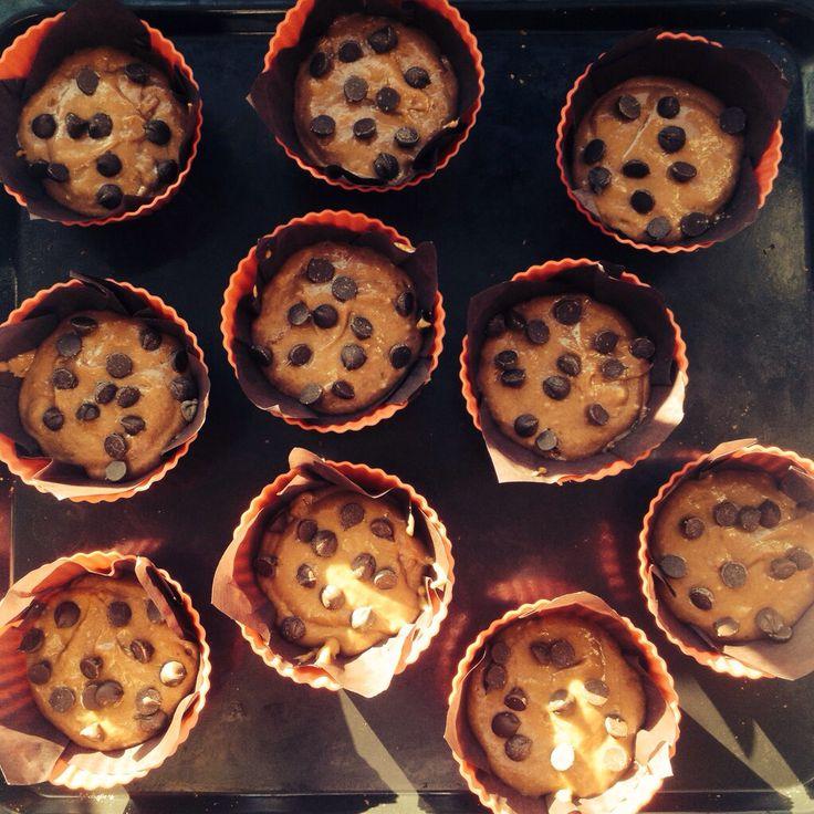 Muffin de chocolate con chispas de chocolate rellenos con manjar :)!!! Www.facebook.com/delikatessenw