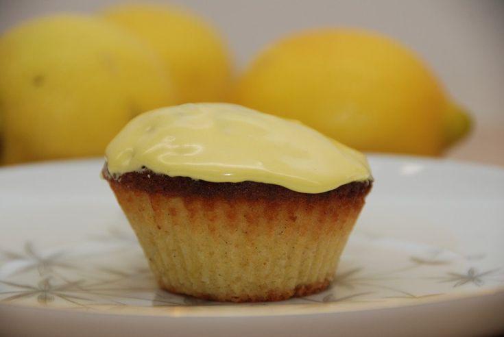 Citronmåne har i årtier været en af de allermest solgte kager i Danmark. Her har jeg lavet en ny udgave, hvor den er bagt som mini-citronmåne.  Citronmåne er faktisk en sandkage med citron, der bliver påført