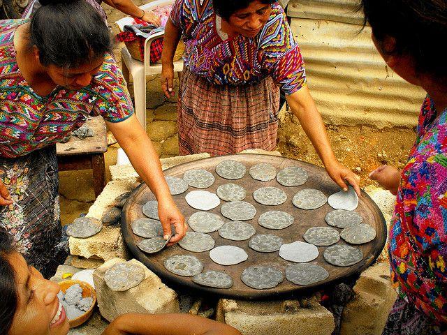 Tortillas hechas de maiz negro en comal de barro - Guatemala