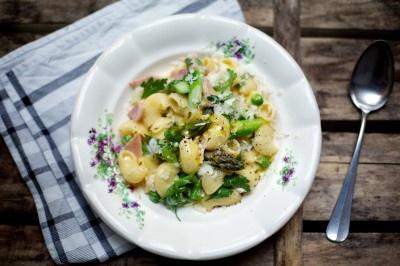 Pasta (Pipe Rigate), Grüner Marchfelder Bio-Spargel, Thum Schinken / ( Vegetarische Variante: 2 Bio Eier), Bio-Schlagobers, Parmesan, Erbsenschoten, Petersilie.