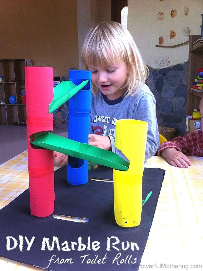 Descida para berlindes feita com rolos de papel higiénico.