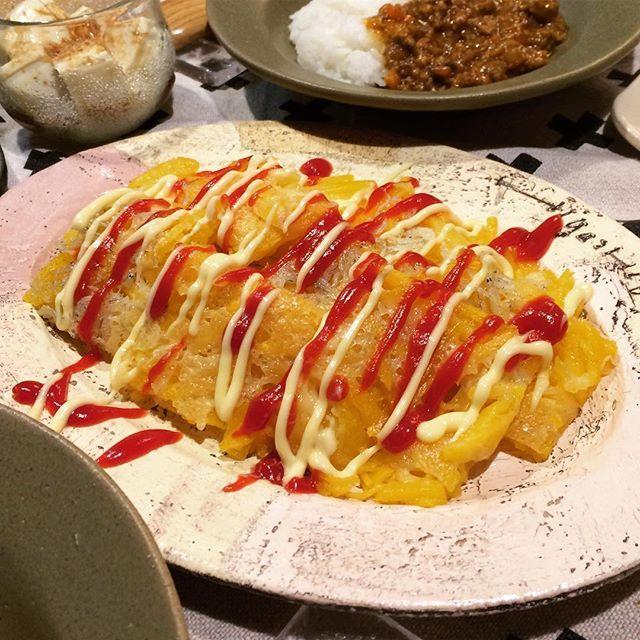 Instagram media by youri0821 - 2016.8.27  土 . . . 今日の#夕飯の一品 . . 2日目カレーと常備菜色々と。 あとこれ、インカのめざめのシラスとチーズのガレット。 これ、うまー!長女がシラスと合うー!と吠えた…笑 骨折次女のためにチーズとシラスが食べられてちょうどいい!と作ったけど、次女はシラスをむしり取ってから食べた…もー! . . 子供たちとパパは早めの#よるごはん を食べて、今年最後の祭りと盆踊りへ。「オレ、盆踊り好きかも…」とつぶやいて出かけて行きました。 . . 次女は今日、整形でギブスを切断…病院中に響き渡るギャン泣き。まぁ怖いよね。振動と音と熱でパニック…次女以外の子供の患者を見たことないくらい、お年寄りばかりの整形。終わって診察室を出ると、おばあちゃんが2人、頑張ったねーとかけよってくれた。 自分も腰が痛くてきているのに… 無愛想のおじいちゃんもカバンからアメを出して無言でくれた… #田舎万歳 . でもその後のレントゲン、新しい固定のための包帯をまく時、診察…全て大泣き……