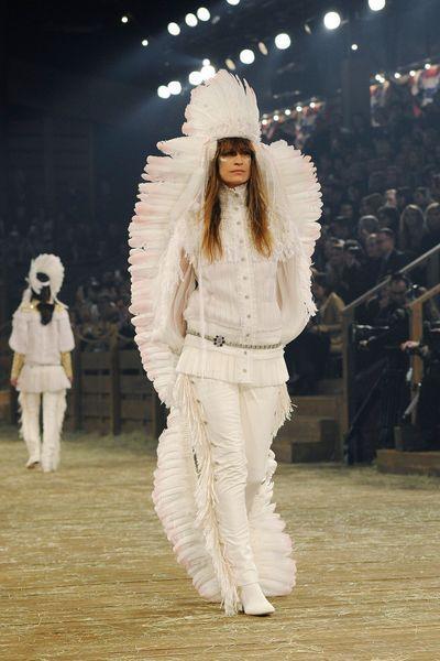 Défilé Chanel Métiers d'Art Paris-Dallas 2013-2014 Caroline de Maigret - EN IMAGES. Caroline de Maigret clôt le défilé Chanel à Dallas en Indienne - L'EXPRESS