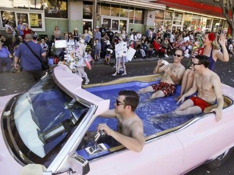 Cadillac Boys: ogni anno, la città di Pasadena (Los Angeles) ha il piacere di ospitare la rumorosa Dooh Da Parade – un festival di abiti eccentrici e bizzarri mezzi di locomozione. Questa Cadillac, per esempio, è stata trasformata in piscina!
