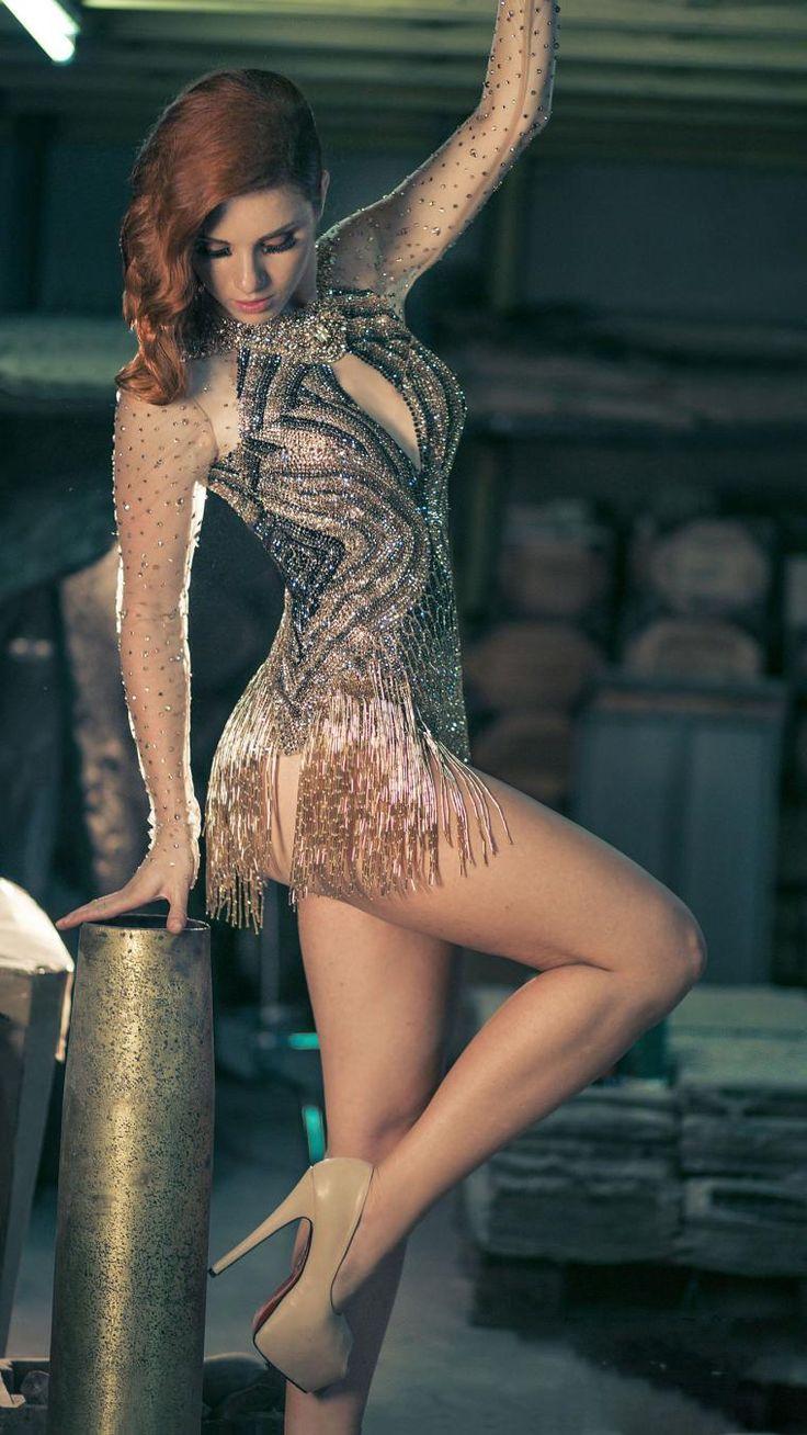 Пожалуй, редко увидишь что-то более запоминающееся в мире моды... Итак, знакомьтесь, Чарбел Зое — ливанский дизайнер! Вечерние и, на мой взгляд, абсолютно сценические наряды завораживают. Огромное количество бисера, стекляруса, страз, плавные женственные силуэты... Чувствую, что обязательно буду следить за дальнейшим творчеством этого кутюрье.