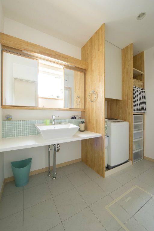 洗面台の収納は、上は棚、下は引き出し収納ボックスが調度入るように