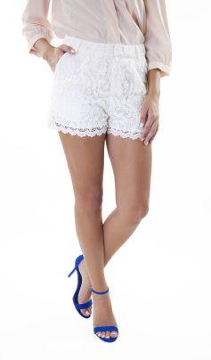 Short en dentelle doublé. Fermeture à l'avant. 2 poches sur les cotés. Doublure: 96% polyester, 4% élasthanne. Longueur 55cm.