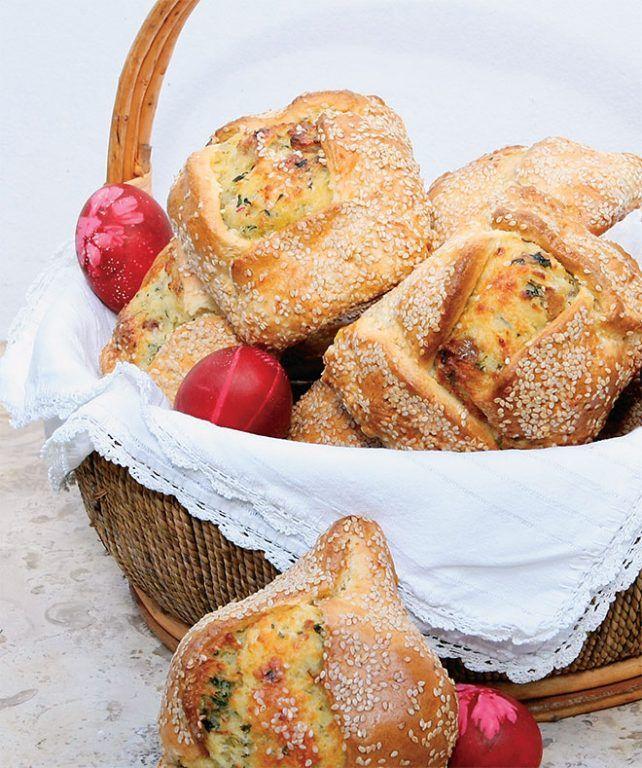 """Υλικά 1 δόση ζύμη για φλαούνες (δες συνταγή για """"Φλαούνες""""), με στιγμιαία μαγιά ή την παραλλαγή με φρέσκια μαγιά). Γέμιση: 2 κιλά φρέσκια αναρή, 2 φλ. τριμμένο χαλλούμι ή τυρί ... Read More"""