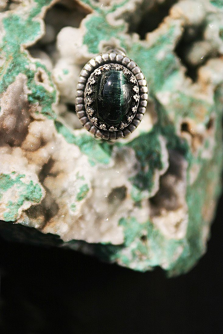 Cat's Eye Tourmaline, Brazil ring in sterling silver on Chrysocolla, Chile. Foto Pablo Rivera.