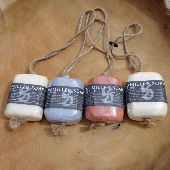 Fair Trade zeep aan een koord van Soap-n-Scent. Deze handgemaakte zeep is in verschillende geuren verkrijgbaar en weegt 120 gram.    Aloë Vera: Deze handgemaakte zeep van een extra milde Aloe Vera, welke zacht reinigt en de huid verzorgt. Voor de normale huid.    Coconut: Deze handgemaakte zeep met zoete geur van de tropische eilandvrucht is rijk gevult met stukken vers vruchtvlees van de cocosnoot. De rijke cocosnootolie voedt het lichaam. Voor de normale huid.    Lavendel: Kalmeer je huid…