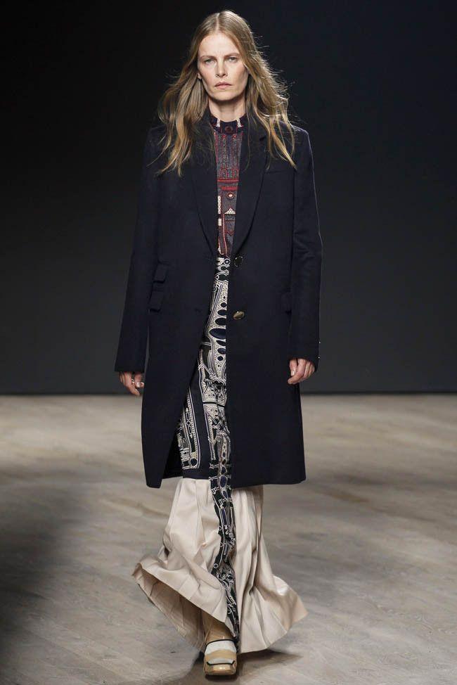 Греческая дизайнер Mary Katrantzou представила свою осенне-зимнюю коллекцию 2014 в рамках Недели моды в Лондоне. При создании коллекции Мария вдохновлялась униформой и таинственными символами, которыми щедро украсила свои платья и туники.