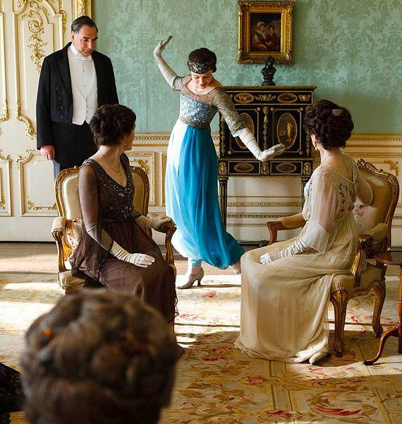 A hölgyek minden korban imádták a divatot. Sybil itt épp nadrágot visel a komornyik megrökönyödésére.