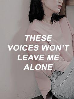 - Esas voces no me dejan sola.  - A mi también me pasa!  - Y a mí!  - Por favor, dejádme!  - Dejádme!  - Callaos!