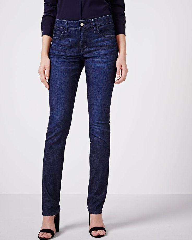 Ce jean de coupe droite est un incontournable pour votre garde-robe. Son tissu légèrement extensible et sa couleur polyvalente en font un article de choix à chaque saison, chaque jour de la semaine.<br /><br />- Légèrement ample aux hanche et aux cuisses avec une ouverture de jambe droite<br />- Taille mi-basse<br />- Détails de jean classique<br />- Légèrement extensible