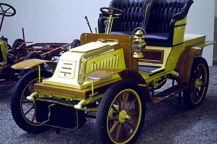 La De Dion-Bouton Type K2, cette voiture de collection fut construite de 1902 à 1908, cette De Dion-Bouton Type K2 de 1902 mesure 1.46 mètres de large, 2.54 mètres de long, et a un empattement de 1.92 mètres.