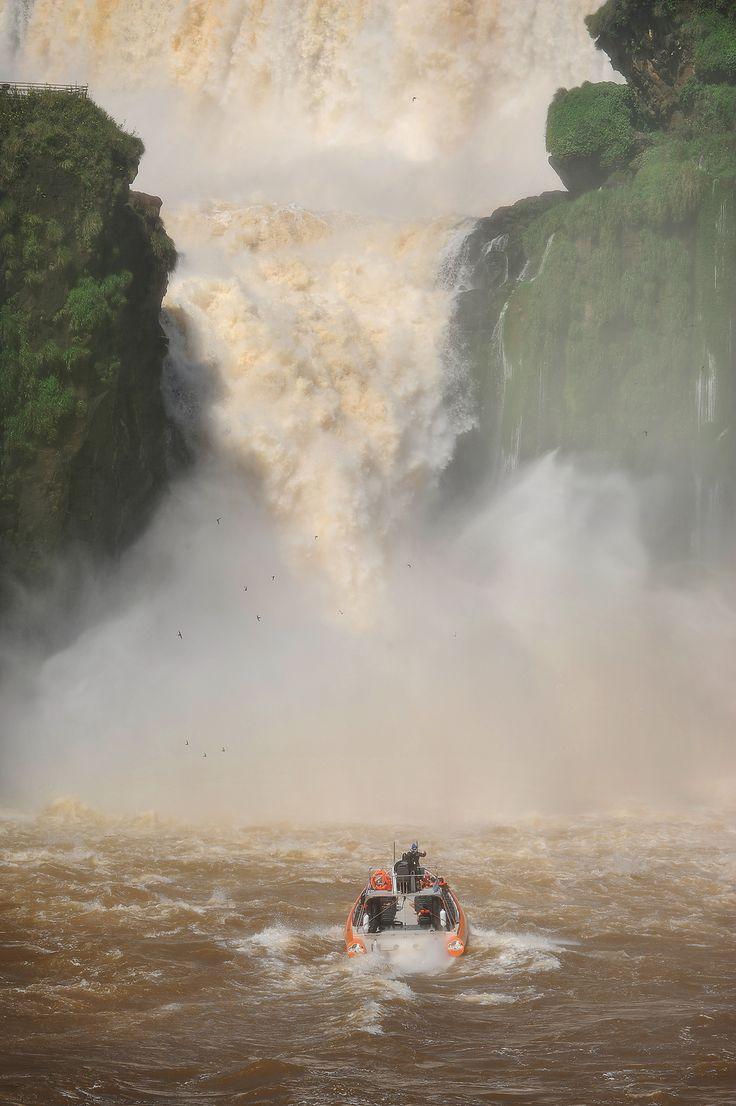 Mahtavat Iguassun vesiputoukset. Veneretki Argentiinan puolelta.