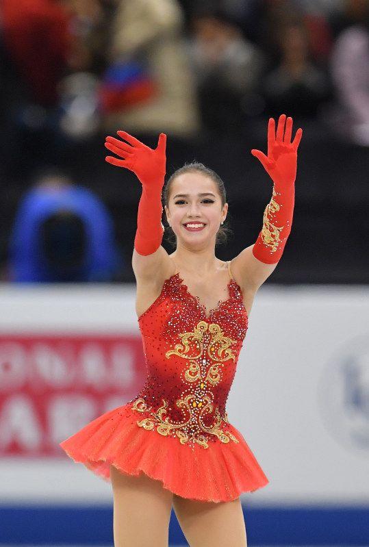 【フィギュアGPファイナル】女子シングルで優勝し、観客に向かって手を振るアリーナ・ザギトワ=名古屋市の日本ガイシホールで2017年12月9日、手塚耕一郎撮影