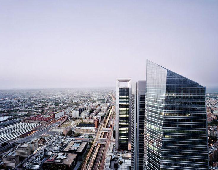 """CHICAGO? No, Madrid. A 230 metros del suelo, altura a la que se encuentra la azotea de la Torre Espacio, el tráfico del paseo de la Castellana no es más que un lejano rumor. El conjunto de rascacielos conocido como """"Cuatro Torres"""" fue levantado entre 2004 y 2008. La más alta es la Torre Cajamadrid, que con 250 metros es también la más alta de España y la quinta de Europa."""