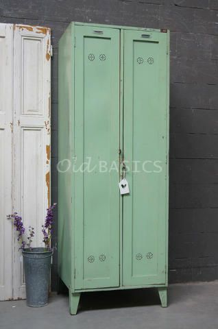 Lockerkast 10239 - Stoere oude lockerkast, mint-groen van kleur. Opvallende details zijn de lucht-gaatjes en de stoere metalen plaatjes. Achter de deuren een hang en leg gedeelte, met optie tot twee hang gedeeltes.