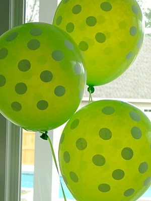 green spotted balloons for golf themed birthday party