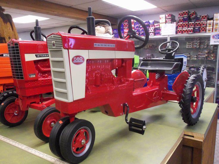 Farmall 560 pedal tractor